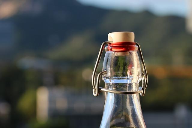 zavřená skleněná láhev