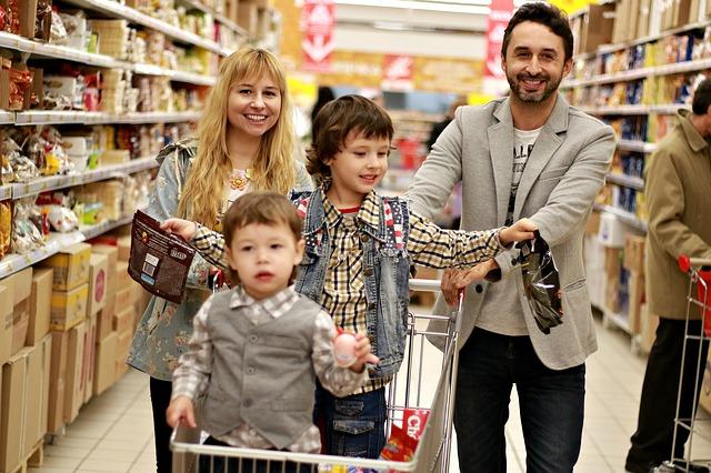 Spokojená rodina na nákupu